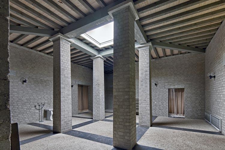 interieur aula begraafplaats Drunen (beeld: Archiphoto Haarlem)